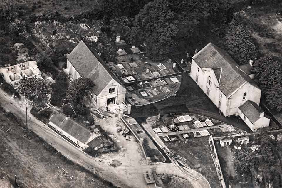 Ariel photograph of Dromore Non-Subscribing Presbyterian Church, Church Hall and graveyard at Rampart Street
